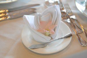 Svatební ubrousky skládané lilie | Svatba na zámku